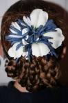 Для красоты можно дополнить прическу цветком или красивой заколкой.