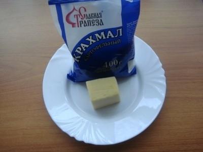 Трём сыр на мелкой тёрке и добавляем крахмал. <img src=