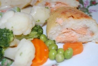 Для зраз: 600 г филе белой рыбы, я брала филе трески   1 яйцо   2 ст.л. манки   300 г филе красной рыбки (семга, форель), я брала семгу   соль, перец, лимонный сок