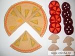 Дальше делаем «начинку» пиццы, в моём случае это дольки колбасы, помидора и грибочки. Вырезаем парные детали по выкройкам, пришиваем к одной половинке липучку, потом сшиваем половинки.