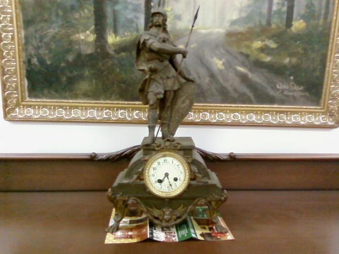 старинные часы на современной рекламной листовке ))