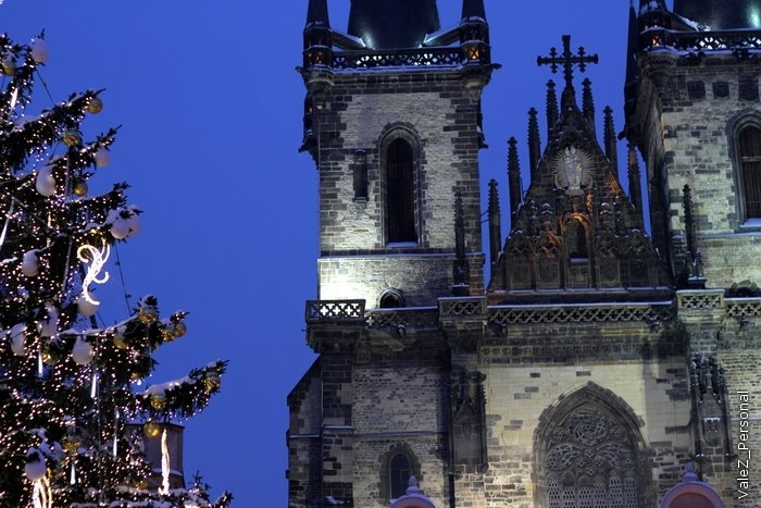 К вечеру на Староместской рыночной площади собираются толпы народа и проходит Рождественская ярмарка