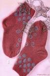 Вязание носков с орнаментом: схема и описание.  На фото выше - красивые носки малинового (или брусничного) цвета...