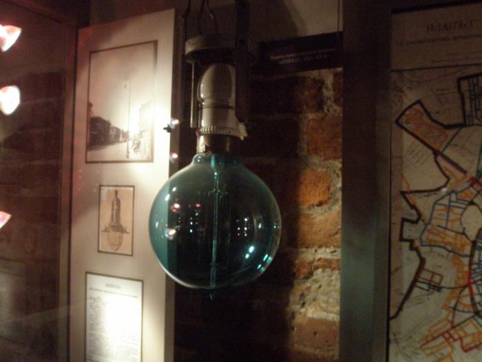 Старая лампочка накаливания. Ее превозносили за экономичность. Мы прожили с нею столетие. Казалось, она вечная. Но теперь она уходит.
