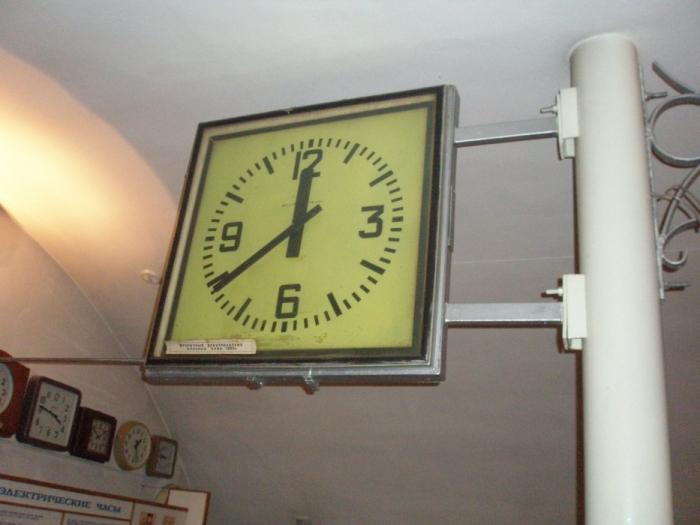 Точно такие часы висели в Большом Саввинском переулке, по которому я поздно вечером возвращалась из школы во вторую смену