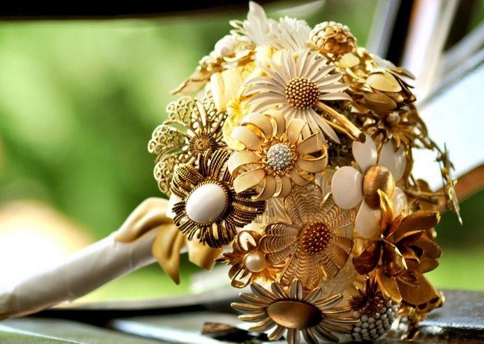 Букет цветов золотого цвета