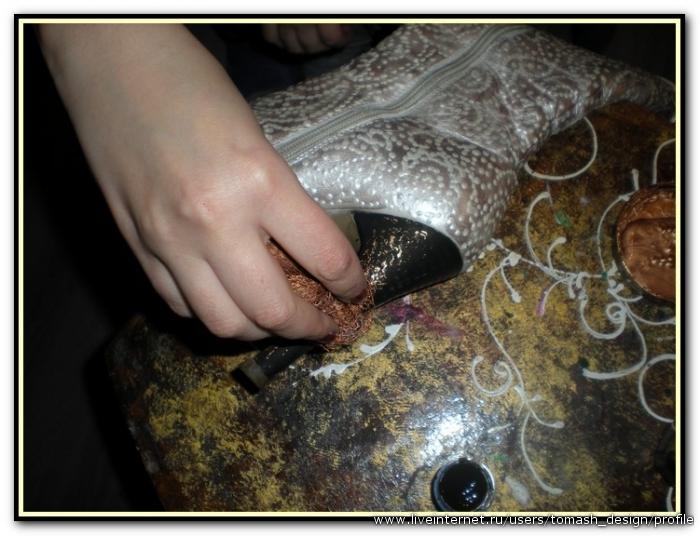 Потомнаносим бронзовую краску на каблук и подошву.