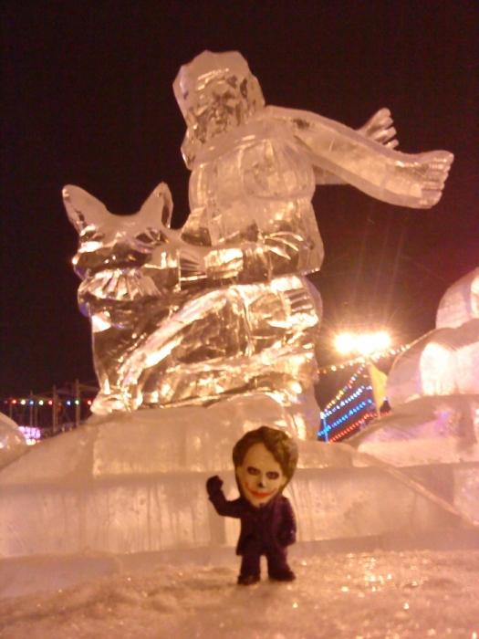 Joker-6 на фоне ледяной скульптуры