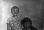 Летом в деревне у бабушки мы были неграми. Я справа