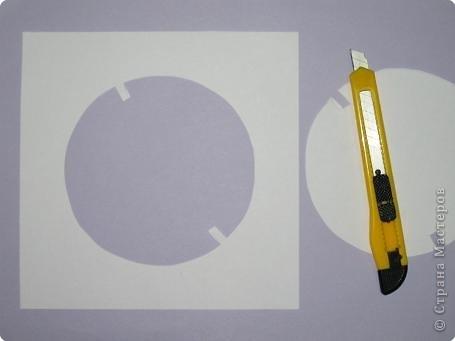 Для поделки надо взять тонкий картон или толстую бумагу (как ватман, например). Вырезаем по центру круги. Пять белых «книжных» листочков...