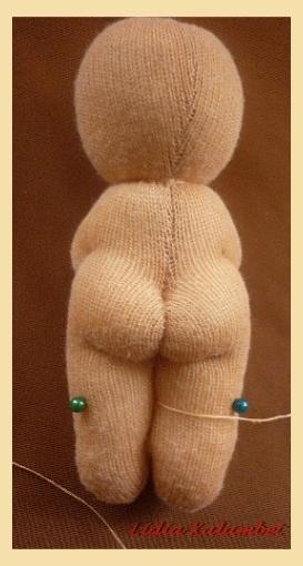 Выводим нитку на уровне колен  и ставим ещё две точки или помечаем булавками места сгиба ножки.