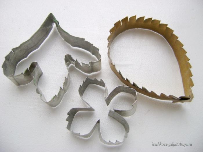 Методом надрезки делаю каттеры для листьев, лепестков(у которых резной край)