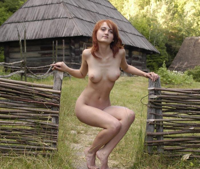 после голая девушка около горелого деревенского дома такого влагалища тоже