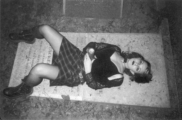 Готы и секс на кладбище