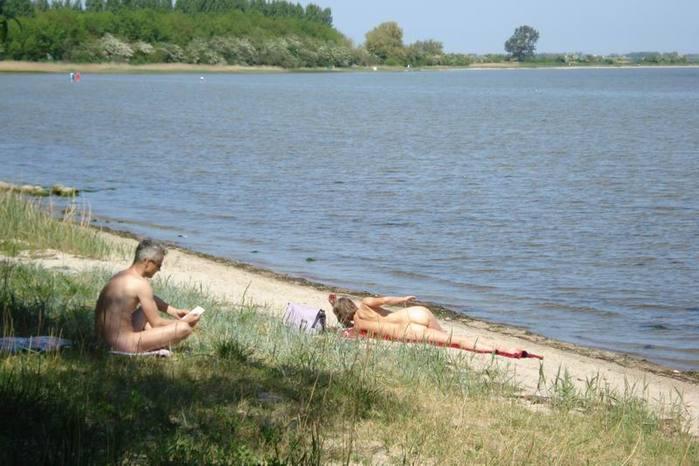 devushkami-foto-zagorayushih-bez-kupalnikov-ogromnie