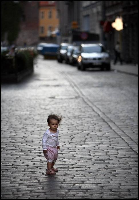 7639125_short_child_on_the_street (486x699, 47Kb)