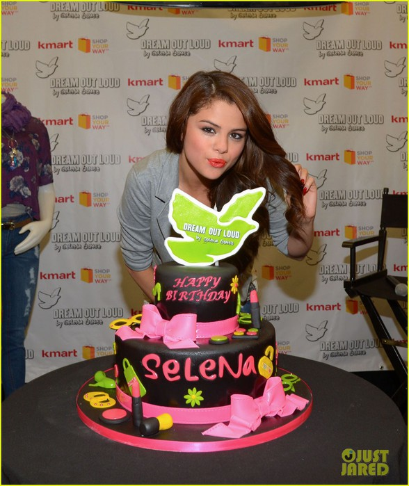 selena-gomez-celebrates-birthday-at-dream-out-loud-event-07 (588x700, 112Kb)