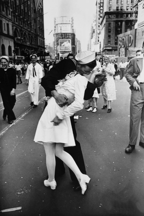 Legendary_kiss_V–J_day_in_Times_Square_Alfred_Eisenstaedt (468x700, 188Kb)