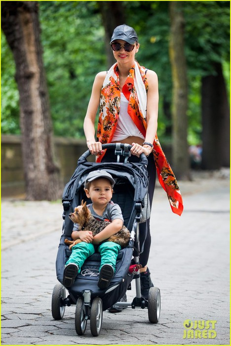 miranda-kerr-central-park-morning-with-flynn-frankie-01 (468x700, 97Kb)