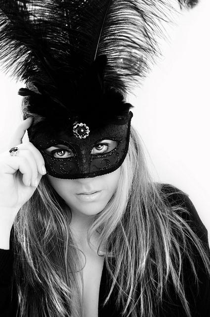Фото русой девушки серьезной в черной маске #5