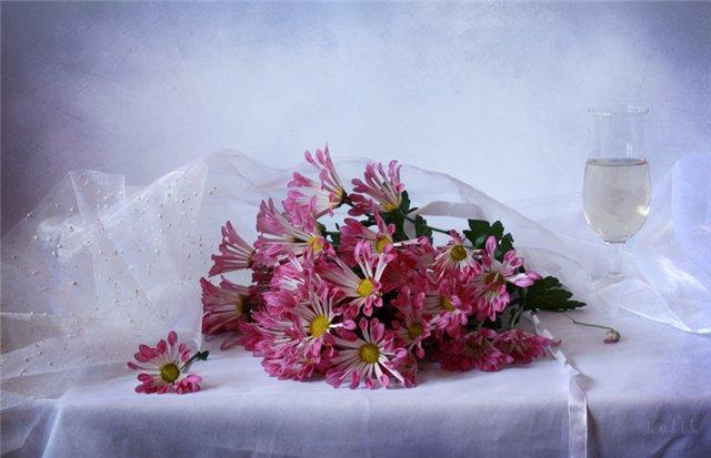 Натюрморты Хризантемы на столе 6f2aa75e39bd (640x413, 44Kb)
