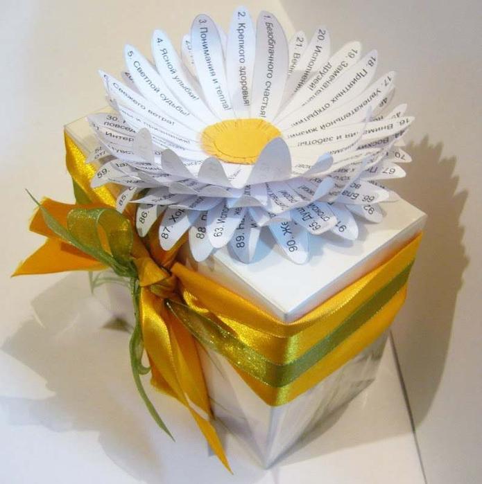 бумажный тортик с конфетами украшенный ромашкой-пожеланий