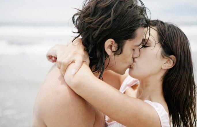 фото парень с девушкой целуются