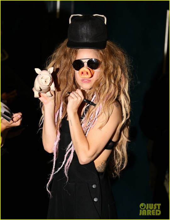lady-gaga-wears-pig-nose-at-london-rehearsal-studio-02 (541x700, 74Kb)