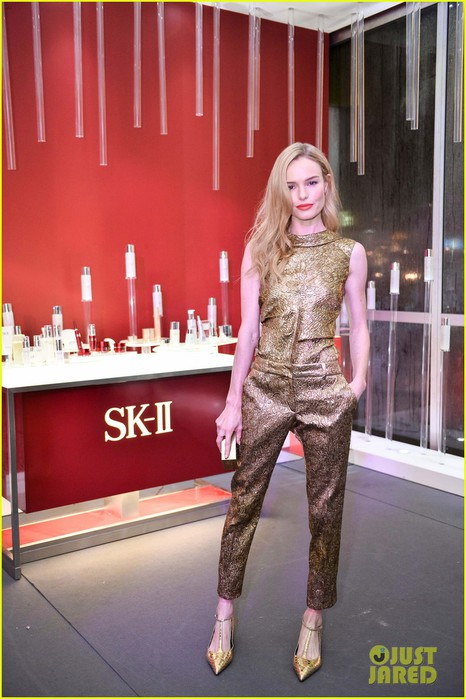 kate-bosworth-shimmers-in-singapore-at-skii-fashion-show-05 (466x700, 88Kb)