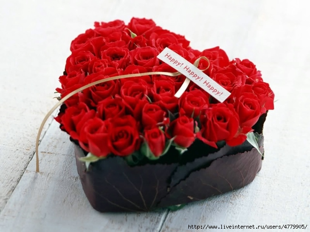Holidays___International_Womens_Day__Red_roses_on_March_8_in_a_box_in_the_shape_of_heart_060681_29 (640x480, 158Kb)