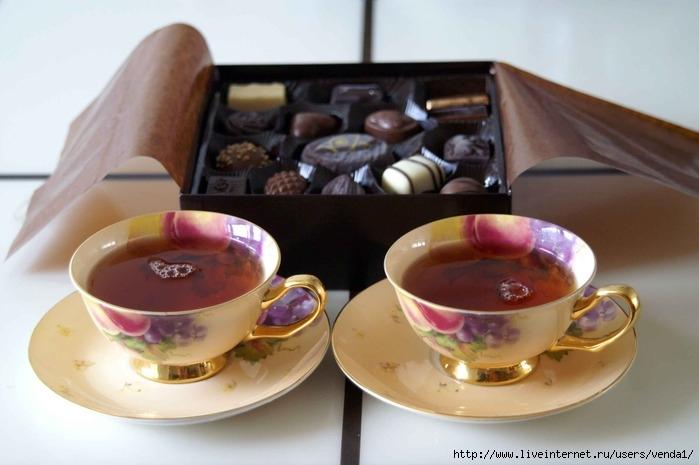 Красивая бабушка, шоколадка и чай в открытке