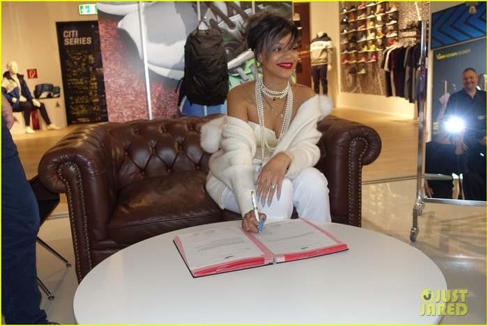 rihanna-signs-contract-as-pumas-global-brand-ambassador-13 (700x468, 82Kb)