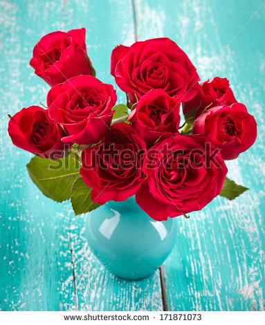 stock-photo-bouquet-of-red-roses-in-a-vase-on-blue-wooden-background-171871073 (383x470, 211Kb)