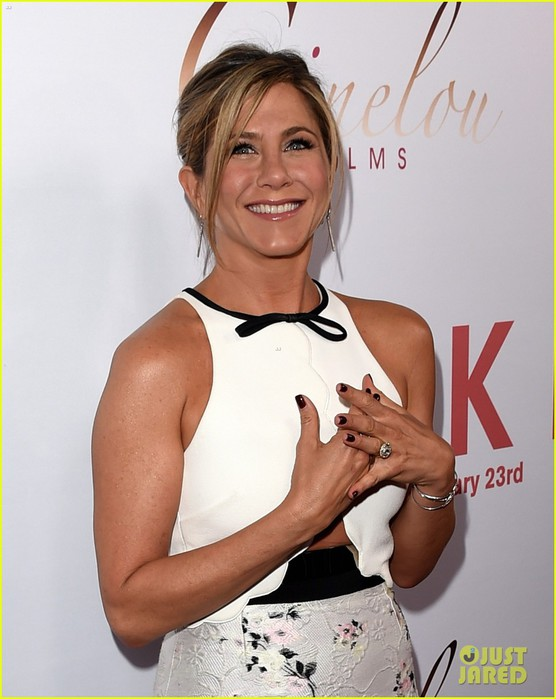 jennifer-aniston-premieres-cake-while-waiting-for-oscar-noms-15 (556x700, 77Kb)