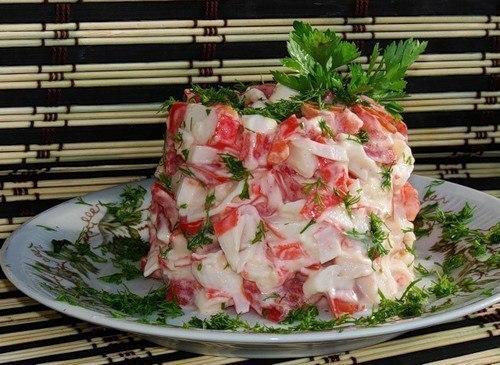 1419368516_Salat_s_krabovuymi_palochkami_i_pomidorom (500x365, 64Kb)