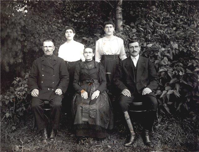 Себастьян и Доротея Райх с детьми. Станица Нововсаратовская 1920 (640x489, 80Kb)