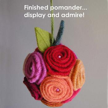 Розы, вырезанные из фетра, легко превращаются в эффектную игрушку и...