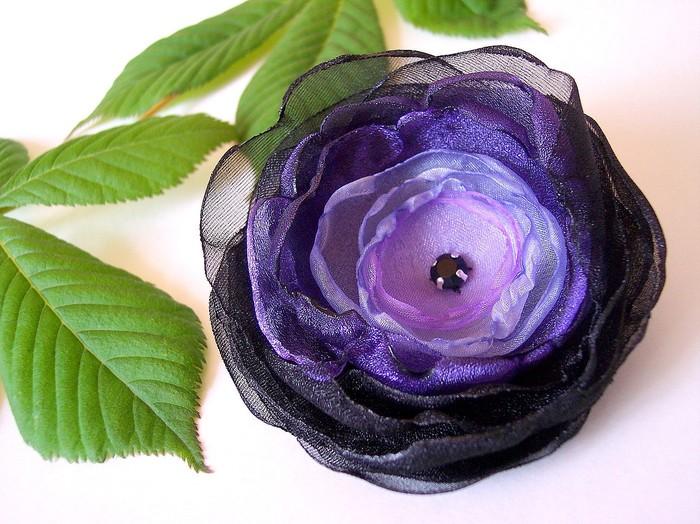 Мы предлагаем цветы из атласных лент и ткани ручной работы.