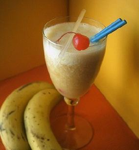 Из бананов получаются шикарные коктейли, так как этот фрукт...