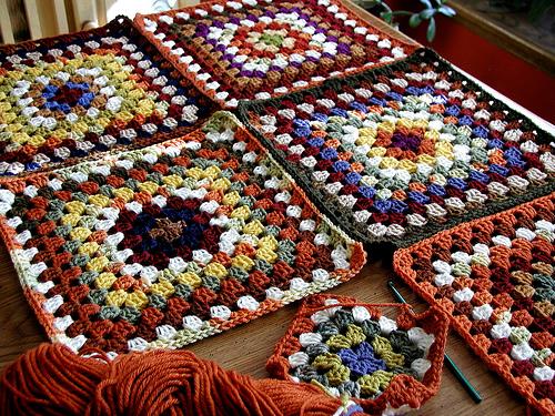 Плед выполнен из отдельно связанных квадратов, сшитых иглой после.