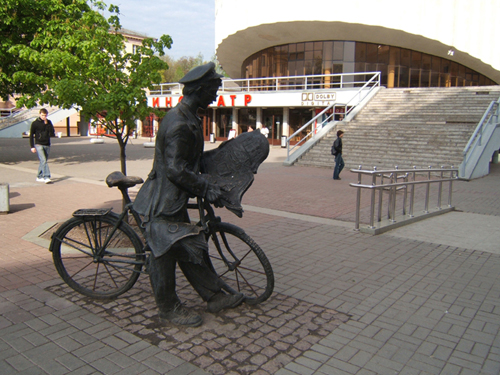 И торовка семечками в Минске.  А вот почтальон на велосипеде в Минске.