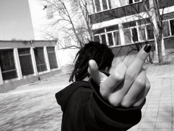 Девушки спиной показывают фак