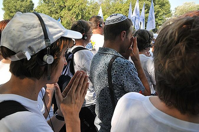 Люди скорбят по жертвам нацистских массовых убийств в Бабьем Яру, в окрестностях Киева, 5 августа 2010 года.