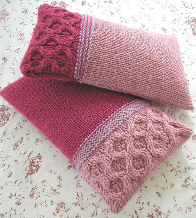 Вязанные подушки со схемами. как вязать подушку крючком или спицами кота.