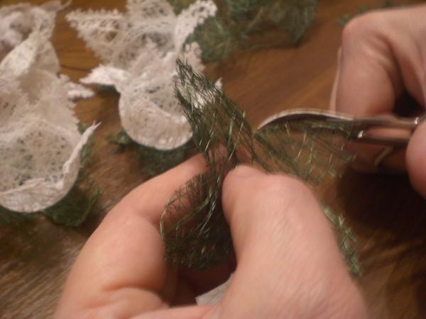 На полиэтиленовую пленку в хаотичном порядке выкладываем отрезки зеленой...