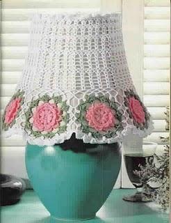 Вязаный крючком абажур на лампу создаёт особенный уют и тепло в доме.