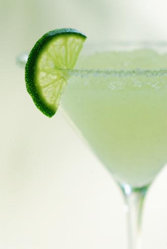 Самые популярные коктейли: как приготовить, как подавать, как пить.
