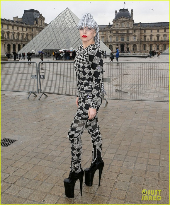 lady-gaga-visits-museums-during-paris-trip-05 (580x700, 141Kb)