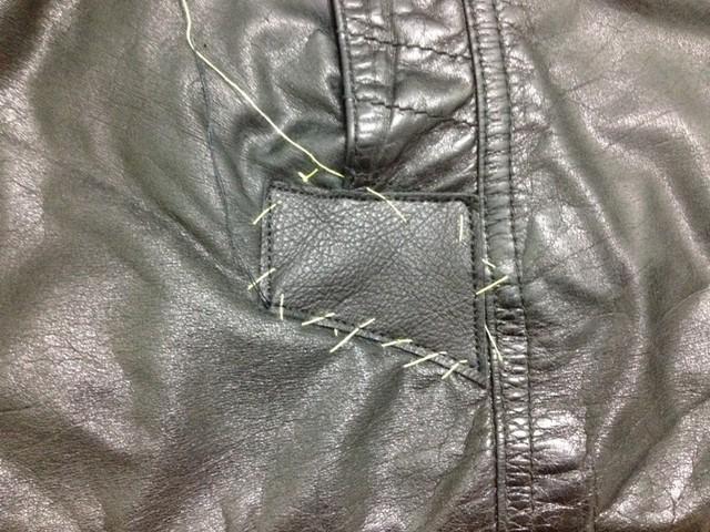 Замаскировать дырки от пуговиц на кожаной куртке