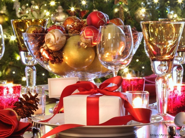 107916047_93293835_Holidays_New_Year_wallpapers_New_Year_s_table_with_toys_032575_1024x768 (700x525, 417Kb)